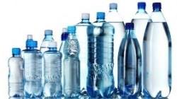 Acqua in bottiglie di plastica